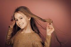 Twarz dzieciak dla okładki magazynu Dziewczyna dzieciaków twarzy portret w twój advertisnent Śliczna mała dziewczynka na różowym  Zdjęcia Stock