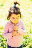 Twarz i skincare alergia kwiaty Wiosna prognoza pogody Mały dziecko naturalne piękno Children dzień trochę zdjęcia royalty free