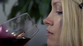 Twarz kobieta gdy pijący wino zbiory