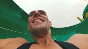 Twarz mężczyzna pochodzi od krańcowych wodnych obruszeń Pierwszy osoba widok swobodny ruch zdjęcie wideo