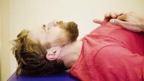 Twarz mężczyzna podczas ćwiczeń przy centrum rehabilitacji zbiory wideo