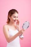 Twarz młoda piękna zdrowa azjatykcia kobieta i odbicie w th Obrazy Royalty Free