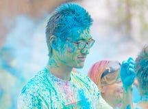Twarz młody azjatykci mężczyzna zakrywający z błękitnym koloru proszkiem Zdjęcie Stock