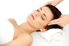 Twarz masaż. Piękna młoda kobieta Dostaje piękna traktowanie w zdroju salonie. Obrazy Royalty Free