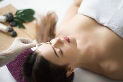 Twarz masaż Zakończenie młoda kobieta dostaje zdroju traktowanie obrazy royalty free