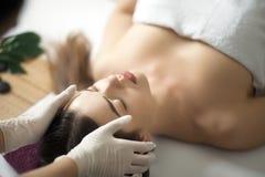 Twarz masaż Zakończenie młoda kobieta dostaje zdroju traktowanie obrazy stock
