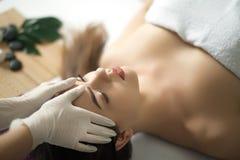 Twarz masaż Zakończenie młoda kobieta dostaje zdroju traktowanie fotografia royalty free