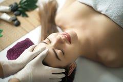Twarz masaż Zakończenie młoda kobieta dostaje zdroju traktowanie zdjęcia royalty free