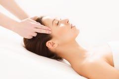 Twarz masaż. Zakończenie młoda kobieta Dostaje zdroju traktowanie. Zdjęcie Royalty Free