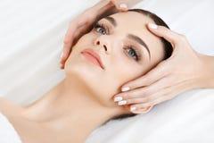 Twarz masaż Zakończenie młoda kobieta dostaje zdroju traktowanie Fotografia Stock
