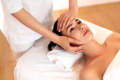 Twarz masaż Zakończenie młoda kobieta dostaje zdroju traktowanie Obraz Stock
