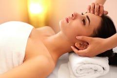 Twarz masaż Zakończenie młoda kobieta dostaje zdroju traktowanie Zdjęcia Stock