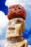 Twarz moai z czerwonym kapeluszem w Wielkanocnej wyspie Obrazy Royalty Free