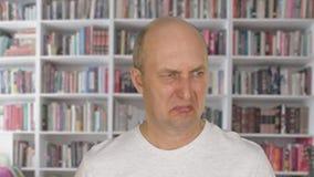 Twarz obrzydzał mężczyzna patrzeje w kamerze z niechęcią Ludzie emoci pojęcia zdjęcie wideo
