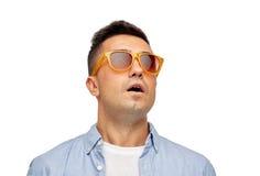 Twarz okaleczający mężczyzna w koszula i okularach przeciwsłonecznych Obrazy Royalty Free
