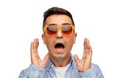 Twarz okaleczający mężczyzna w koszula i okularach przeciwsłonecznych Obrazy Stock
