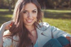 Twarz piękna kobieta w jesień parku Zdjęcia Royalty Free