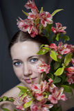 Twarz piękna dziewczyna w kwiatach Fotografia Royalty Free