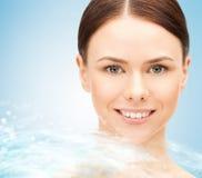Twarz piękny młodej kobiety i wody pluśnięcie Obraz Stock