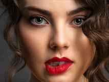 Twarz pi?kna kobieta z dymi?c? oko czerwieni i makeup pomadk? zdjęcie royalty free
