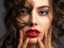 Twarz pi?kna kobieta z dymi?c? oko czerwieni i makeup pomadk? obrazy royalty free