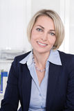 Twarz pomyślna dojrzała biznesowa kobieta w biurze. Zdjęcia Stock