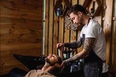 Twarz pracuje z klientem fryzjer męski Zdjęcie Stock