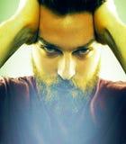 Twarz przystojny mężczyzna z modnisia stylu brodą zdjęcia royalty free