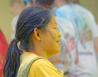 Twarz zakrywająca z żółtym koloru proszkiem azjatykcia kobieta Obrazy Stock