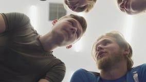 Twarze cztery ludzie stoi w okręgu nad kamera Firma m?skie i ?e?skie atlety naradza si? przy a zdjęcie wideo