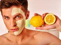Twarzowa mężczyzna maska od owoc i gliny Twarzy błoto stosować Fotografia Stock