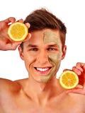 Twarzowa mężczyzna maska od owoc i gliny Twarzy błoto stosować Zdjęcie Stock