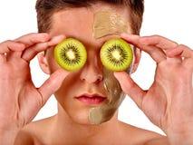 Twarzowa mężczyzna maska od owoc i gliny Twarzy błoto stosować Obraz Stock