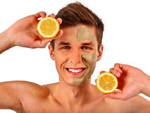 Twarzowa mężczyzna maska od owoc i gliny Twarzy błoto stosować Obrazy Stock