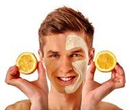 Twarzowa mężczyzna maska od owoc i gliny Twarzy błoto stosować Zdjęcia Stock
