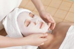 Twarzowa maska dla młodej damy przy zdrojem Obrazy Royalty Free
