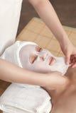 Twarzowa maska dla młodej damy przy zdrojem Obraz Stock