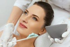 Twarzowa maska Kobieta Stosuje Kosmetyczną Alginate maskę Na skórze obraz royalty free