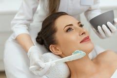 Twarzowa maska Kobieta Stosuje Kosmetyczną Alginate maskę Na skórze zdjęcia royalty free