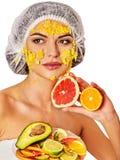 Twarzowa maska od owoc dla kobiety Dziewczyna w medycznym kapeluszu zdjęcie royalty free