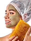 Twarzowa miodowa gliniana twarzy maski kobieta Honeycombs domowej roboty organicznie threatment obrazy stock