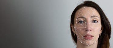 Twarzowego rozpoznania system, pojęcie Młoda kobieta na popielatym tle, twarzy rozpoznanie obrazy royalty free
