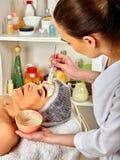 Twarzowy masaż dla czterdzieści starej kobiety zdroju pięcioletniego salonu obraz royalty free