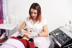 Twarzowy masaż z rękawiczkami z microcurrents Narzędzia kosmetologia Microcurrents obraz royalty free