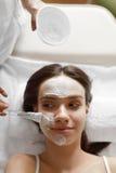 Twarzowy piękna traktowanie Piękna kobieta Dostaje kosmetyk maskę fotografia stock