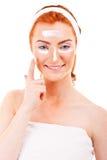 Twarzy śmietanki kobieta stosuje skóry śmietankę pod oczami Obrazy Stock