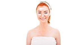 Twarzy śmietanki kobieta stosuje skóry śmietankę pod oczami. Piękna oko obrazy royalty free