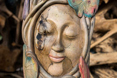 Twarzy drewno handmade Rzeźbi na tropikalnej Bali wyspie, Indonezja Drewniany cyzelowanie, sztuki wioska Zdjęcia Stock