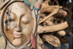 Twarzy drewno handmade Rzeźbi na tropikalnej Bali wyspie, Indonezja Drewniany cyzelowanie, sztuki wioska Obraz Stock