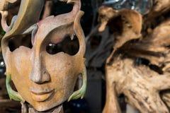 Twarzy drewno handmade Rzeźbi na tropikalnej Bali wyspie, Indonezja Drewniany cyzelowanie, sztuki wioska Zdjęcie Stock
